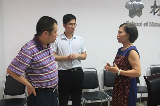李向梅老师与企业代表交流