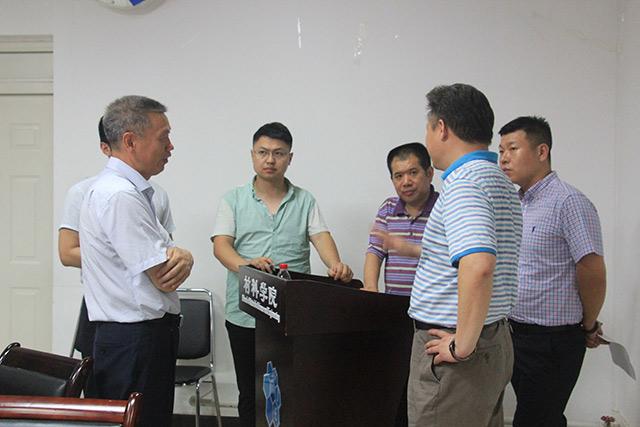 杨荣杰老师与企业代表交流